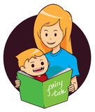 Libro di lettura del figlio e della mamma Fotografia Stock