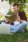 Libro di lettura del giovane nel parco Fotografia Stock Libera da Diritti
