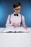 Libro di lettura del nerd. fotografia stock libera da diritti