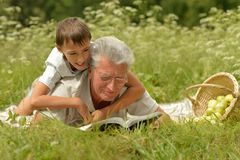 Libro di lettura del nipote e del nonno Fotografia Stock Libera da Diritti