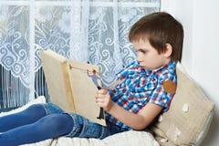 Libro di lettura del ragazzino Fotografia Stock