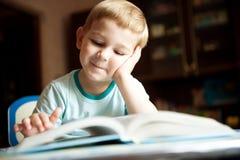 Libro di lettura del ragazzo Fotografia Stock