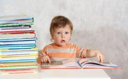 Libro di lettura del ragazzo del bambino Fotografie Stock Libere da Diritti