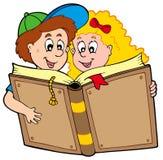 Libro di lettura del ragazzo e della ragazza di banco Fotografie Stock Libere da Diritti