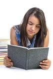 Libro di lettura dell'adolescente della ragazza sopra fondo bianco Fotografia Stock