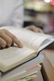 Libro di lettura dell'allievo Fotografia Stock Libera da Diritti