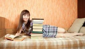 Libro di lettura dell'allievo femminile Fotografia Stock Libera da Diritti
