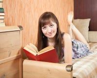 Libro di lettura dell'allievo femminile Immagini Stock