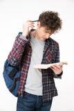 Libro di lettura dell'allievo maschio Immagini Stock