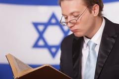 Libro di lettura dell'ebreo Fotografie Stock