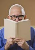 Libro di lettura dell'uomo Immagine Stock Libera da Diritti