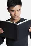 Libro di lettura dell'uomo Fotografie Stock Libere da Diritti