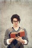 Libro di lettura dell'uomo Fotografia Stock Libera da Diritti