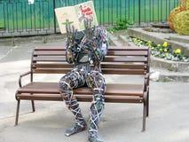 Libro di lettura dell'uomo del cavo immagini stock libere da diritti