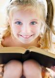 Libro di lettura della bambina Immagine Stock Libera da Diritti