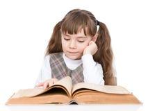 Libro di lettura della bambina Isolato su priorità bassa bianca Immagini Stock
