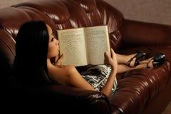 Libro di lettura della donna fotografia stock libera da diritti