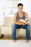 Libro di lettura della donna Immagini Stock