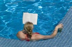Libro di lettura della donna adulta e birra bevente in Jacuzzi sulla nave da crociera di Oceania delle insegne Immagine Stock
