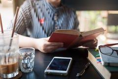 Libro di lettura della donna in caffè Fotografia Stock Libera da Diritti