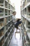 Libro di lettura della donna in navata laterale delle biblioteche Immagini Stock Libere da Diritti