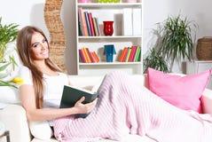Libro di lettura della donna nel paese Immagine Stock Libera da Diritti
