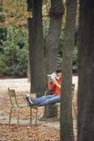 Libro di lettura della donna in parco Fotografia Stock Libera da Diritti