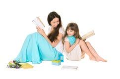 Libro di lettura della figlia e della madre fotografia stock