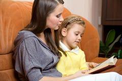 Libro di lettura della figlia e della madre Fotografia Stock Libera da Diritti