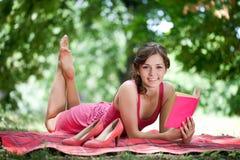 libro di lettura della giovane donna Immagini Stock Libere da Diritti