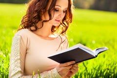 Libro di lettura della giovane donna Fotografie Stock