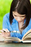 Libro di lettura della giovane donna del ritratto Fotografia Stock Libera da Diritti