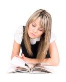 Libro di lettura della giovane donna su un pavimento Fotografia Stock
