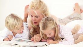Libro di lettura della madre ai suoi bambini archivi video