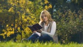 Libro di lettura della mummia quando la figlia viene con le foglie di autunno, tempo libero insieme video d archivio
