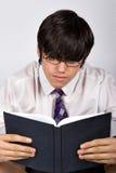 Libro di lettura della pupilla del banco Fotografia Stock