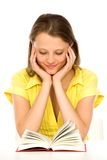 Libro di lettura della ragazza Fotografia Stock Libera da Diritti