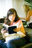 Libro di lettura della ragazza Fotografie Stock
