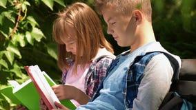 Libro di lettura della ragazza e del ragazzo video d archivio