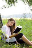 Libro di lettura della ragazza in sosta Fotografia Stock Libera da Diritti