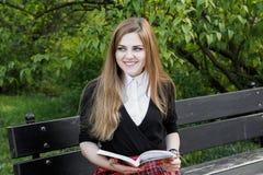 Libro di lettura della ragazza/studente che legge un libro in parco/ Immagine Stock Libera da Diritti