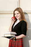 Libro di lettura della ragazza/studente che legge un libro in parco/ Immagini Stock Libere da Diritti