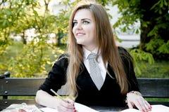 Libro di lettura della ragazza/studente che legge un libro in parco/ Fotografie Stock