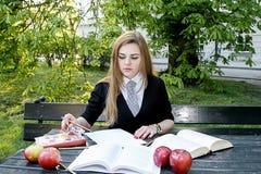 Libro di lettura della ragazza/studente che legge un libro in parco/ Fotografie Stock Libere da Diritti