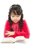 Libro di lettura della scolara fotografie stock libere da diritti