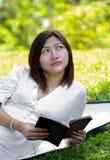Libro di lettura delle donne fotografie stock