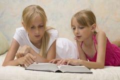 Libro di lettura delle due sorelle Immagini Stock Libere da Diritti