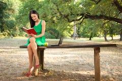 Libro di lettura delle giovani donne Immagine Stock Libera da Diritti