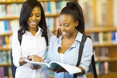 Libro di lettura delle studentesse di college Fotografia Stock Libera da Diritti