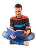 libro di lettura dello studente dell'uomo che prepara per l'esame Fotografia Stock